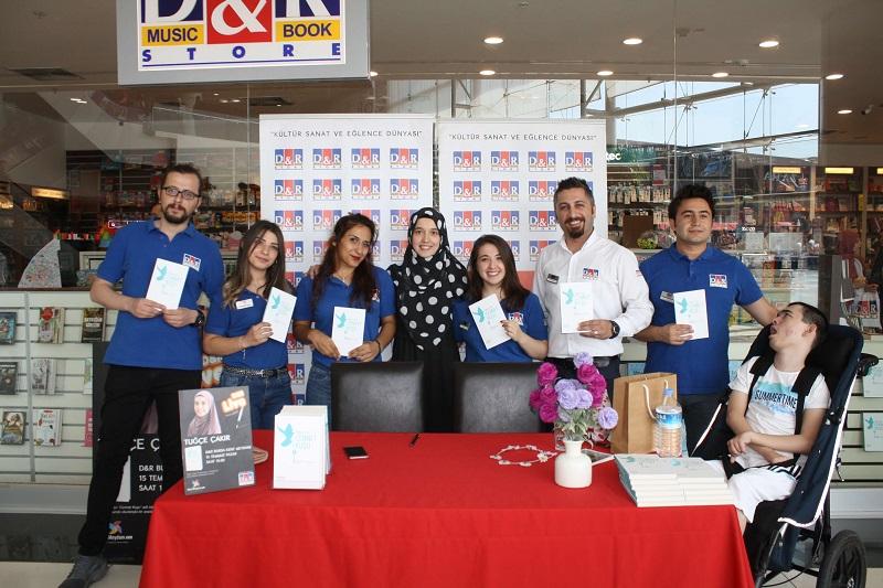 Yazar Tuğçe Çakır'ın İmza Günü Kent Meydanı AVM'de yapıldı